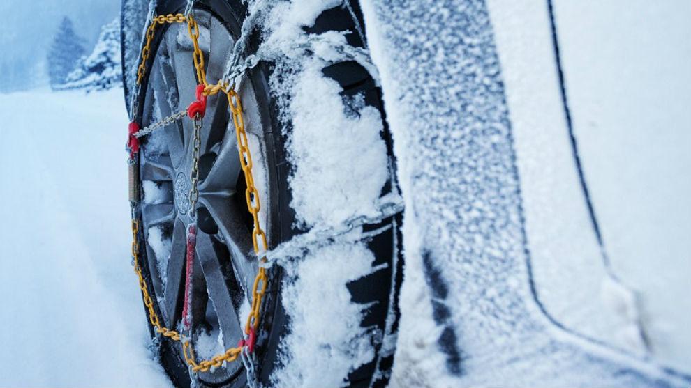 Cuando la carretera está cubierta de nieve sólo se puede circular con cadenas o neumáticos especiales a 30 km/h.