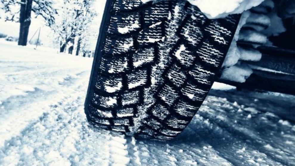 Los neumáticos de invierno mejoran la adherencia y reducen la distancia de frenado.