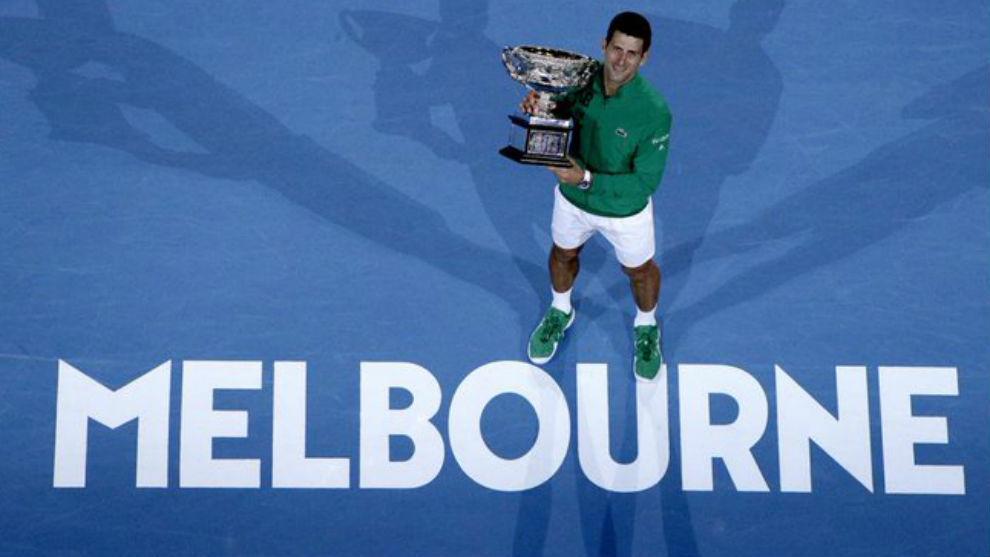 Djokovic, con el trofeo de campeón de Australia