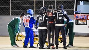 Grosjean es atendido por Ian Roberts.