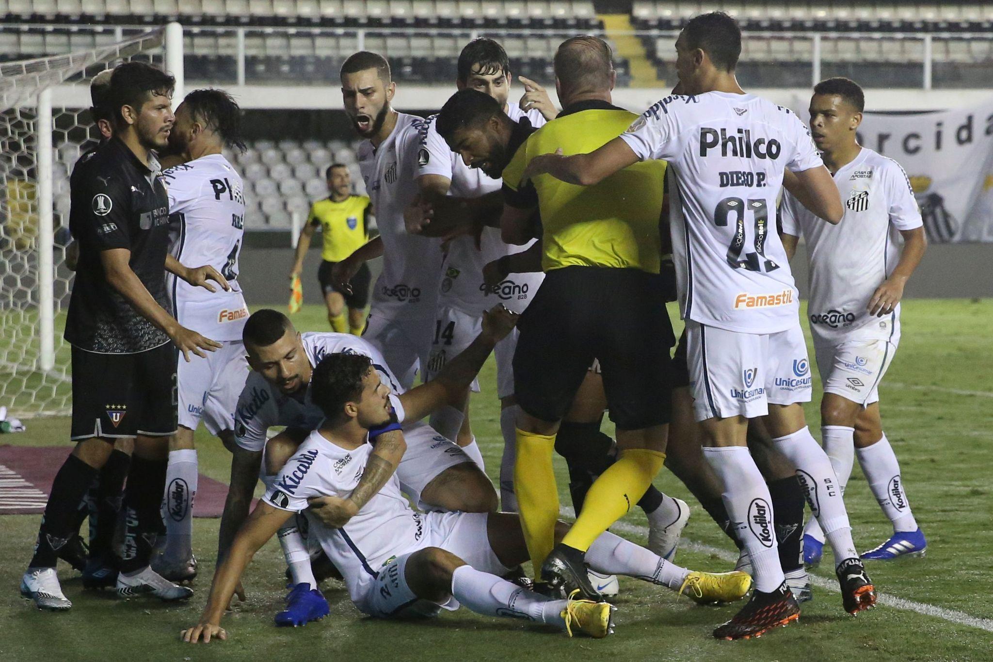 Pelea entre jugadores del Santos y del Liga de Quito