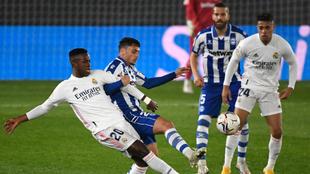 Vinicius y Lejeune disputando un balón en el partido de LaLiga entre...