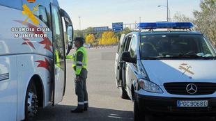 Guardia Civil realizando un control en un autobús