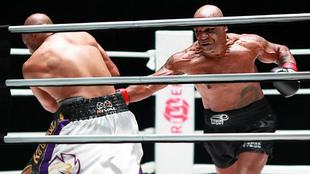 Mike Tyson durante su combate de exhibición frente a Roy Jones.