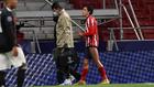 Giménez se retira lesionado frente al Bayern.