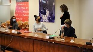 Irene Lozano intercambia opiniones con Marta Carro, capitana del...