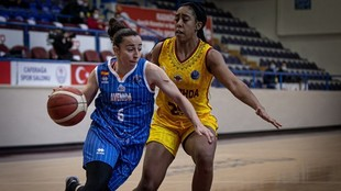 Silvia Domínguez intenta superar la defensa de una jugadora del...