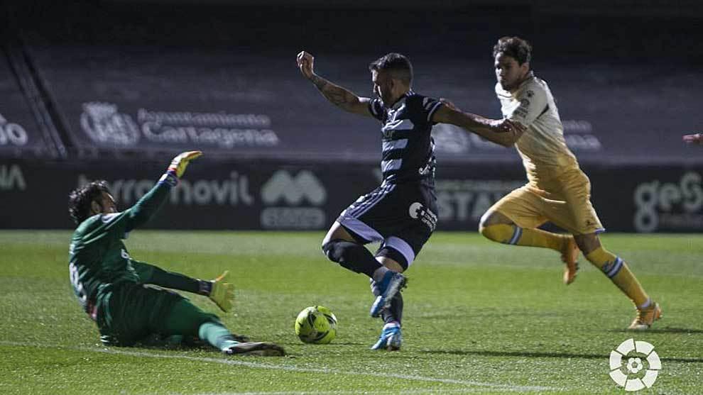 Diego López sale a los pies de Elady en la acción del primer gol