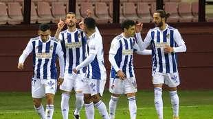 Los jugadores de la Ponferradina celebran su primer gol en Las Gaunas