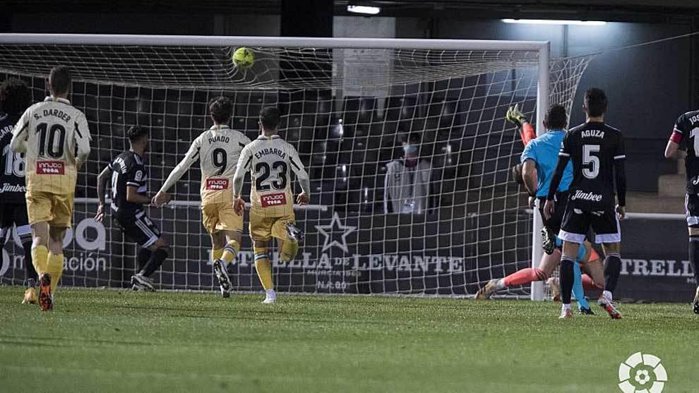 Melamed, que no sale en la imagen, empató el partido con este balón...
