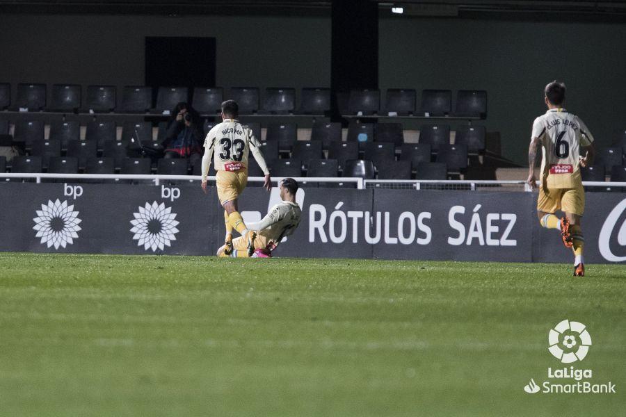 Raúl de Tomás, en el suelo, y Melamed celebran el segundo gol del...