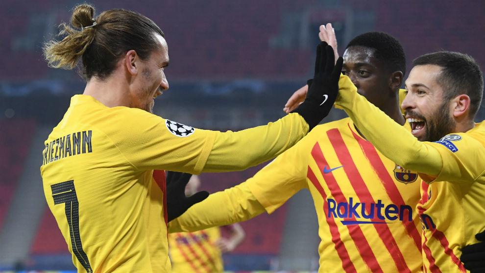 Griezmann y Jordi Alba celebran el gol de tacón del francés, el...