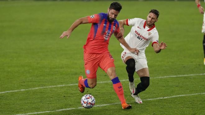 Giroud se prepara para anotar ante Sergi Gómez.