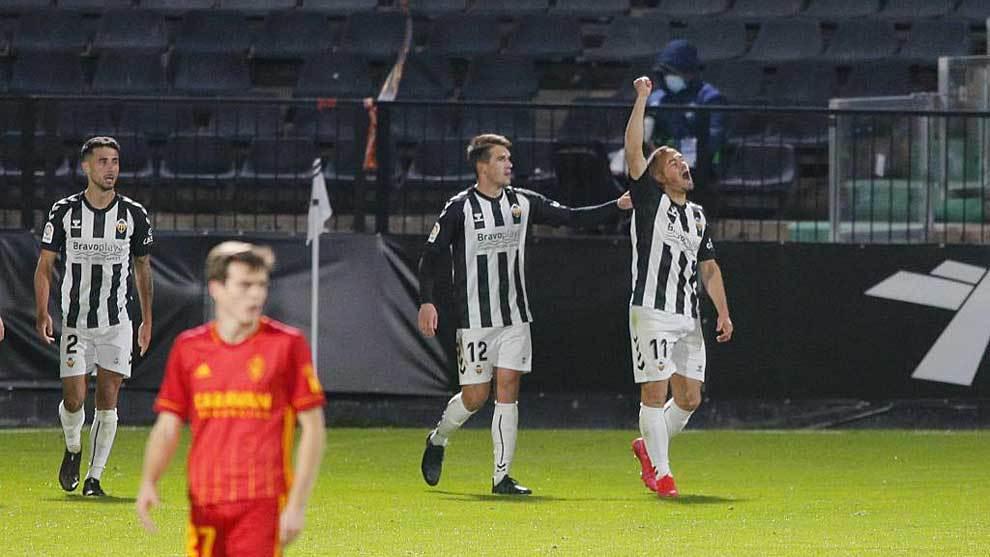 César Díaz celebra el gol de la victoria ante la decepción de...