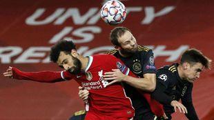 Salah (28), disputa el balón en un partido de Champions.