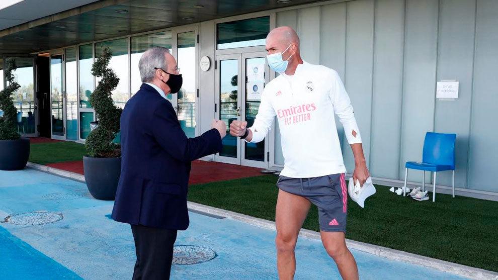 Florentino Pérez y Zinedine Zidane se saludan en Valdebebas