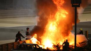 El coche de Grosjean, envuelto en llamas.
