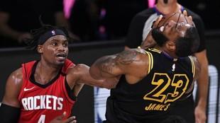 Danuel House intenta robar un balón a LeBron James en un...