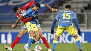 Los jugadores de Las Palmas defienden un balón ante el Lugo
