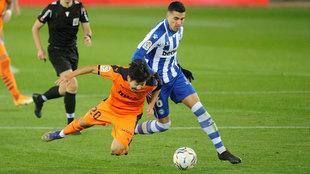 Rodrigo Battaglia disputa un balón con Kang-In Lee en un...