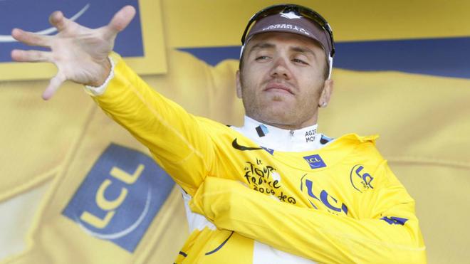 Rinaldo Nocentini se coloca el maillot amarillo del Tour 2009 tras una...