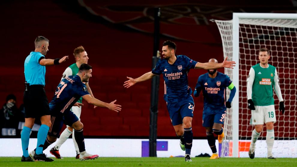 Pablo Marí festeja su gol con el Arsenal