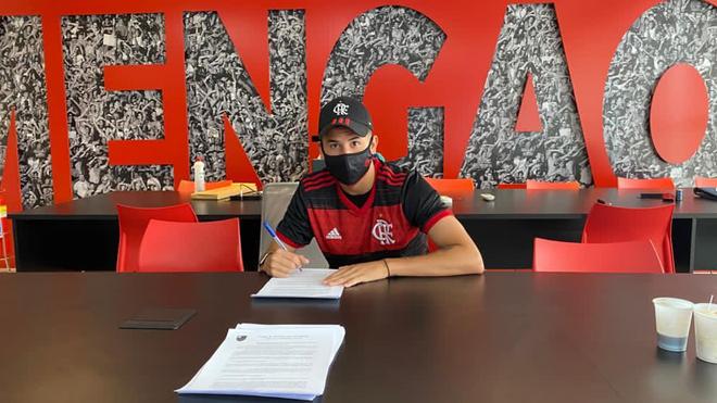 Fabricio Yan firma su nuevo contrato con Flamengo.