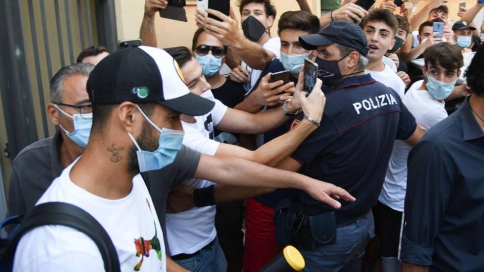 Luis Suárez, a la salida de la Universidad de Perugia donde realizó...
