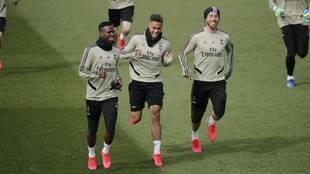 Mariano bromea con Ramos y Vinícius en un entrenamiento.