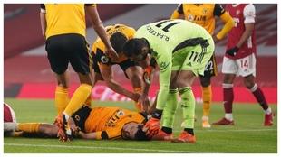 Raúl Jiménez, tendido en el suelo tras chocar con David Luiz.
