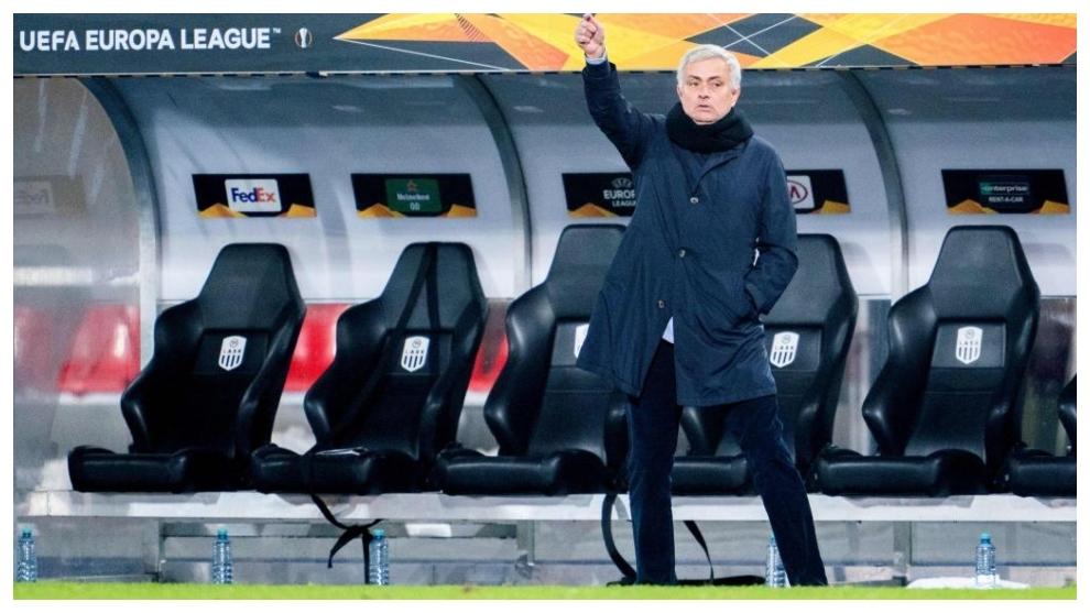 Mourinho da indicaciones ante el LASK Linz.