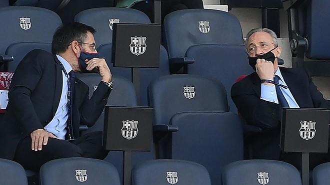 Josep María Bartomeu y Florentino Pérez en el Camp Nou durante el...