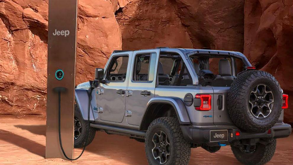 El nuevo modelo de Jeep recargable, junto a un dispositivo de carga...