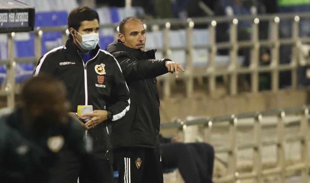 Iván Martínez da instrucciones en el último partido en La Romareda.
