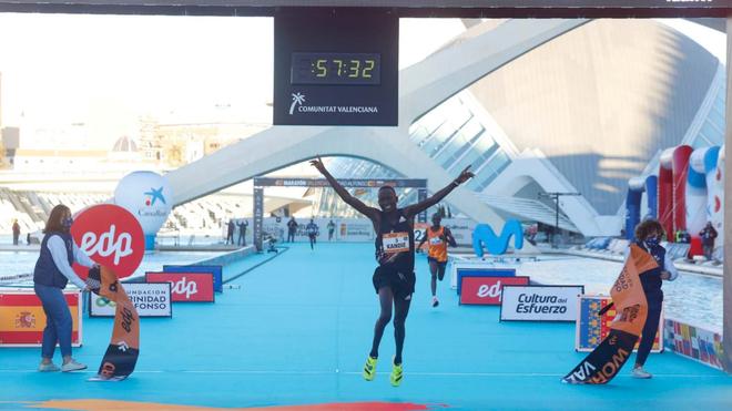 Kandia entra en la meta del Maratón de Valencia Trinidad Alfonso EDP...