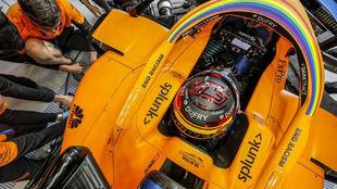 Carlos Sainz, en boxes, durante un Gran Premio de 2020.