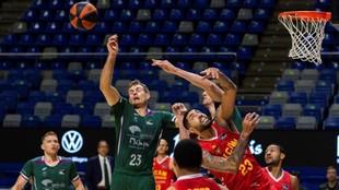 Augusto Lima (UCAM Murcia) lucha por un rebote con Tim Abromaitis...