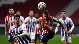 Trippier disputa un balón frente al Valladolid.