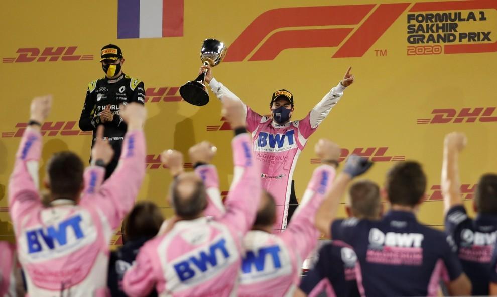 Checo Pérez celebra su victoria en el GP de Sakhir
