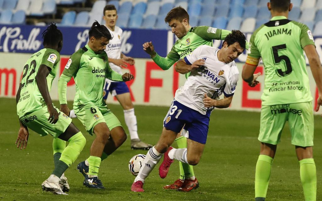 Iván Azón, rodeado por rivales en una acción del partido