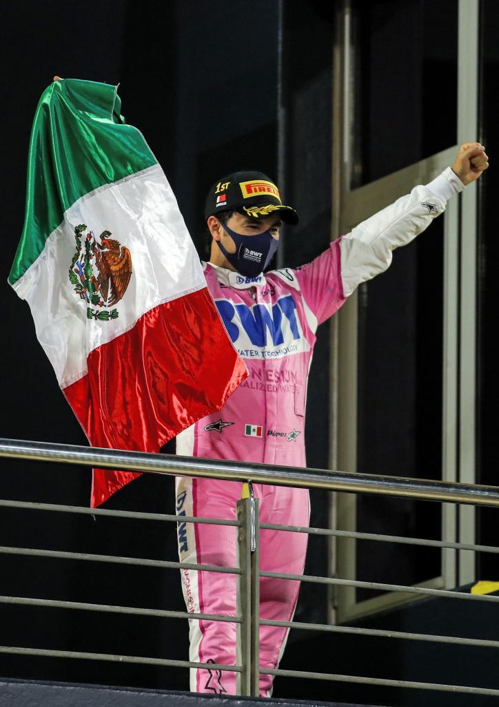 Checo, con la bandera mexicana.