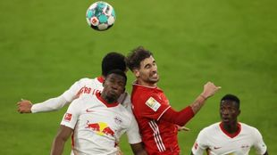 Javi Martínez disputa un balón ante el Leipzig