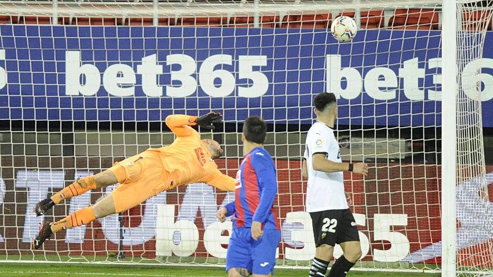 Dmitrovic y los palos de Jaume evitan los goles