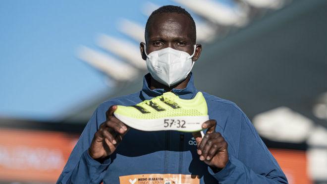 Kandie, con la zapatilla con la que logró el récord del mundo de...