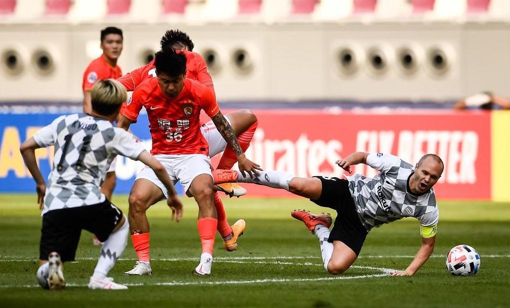Iniesta disputa un balón ante He Chao en el choque entre Vissel Kobe y Guangzhou Evergrande en la fase de grupos.