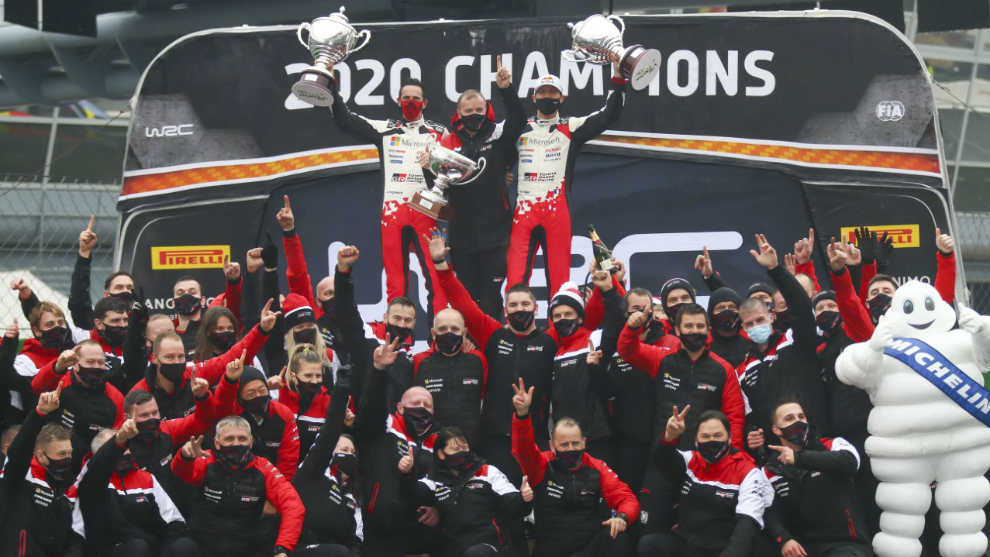 'Seb' festejando el título en su primer año con Toyota.