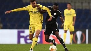 Pau Torres y Kwabwena Owusu peleando por hacerse con el control del...
