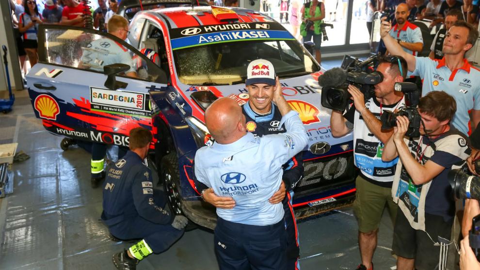 Dani, festejando el año pasado su primer triunfo con Hyundai en...