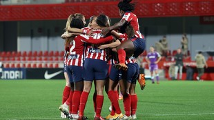 Las jugadoras del Atlético de Madrid se abrazan tras marcar un gol...