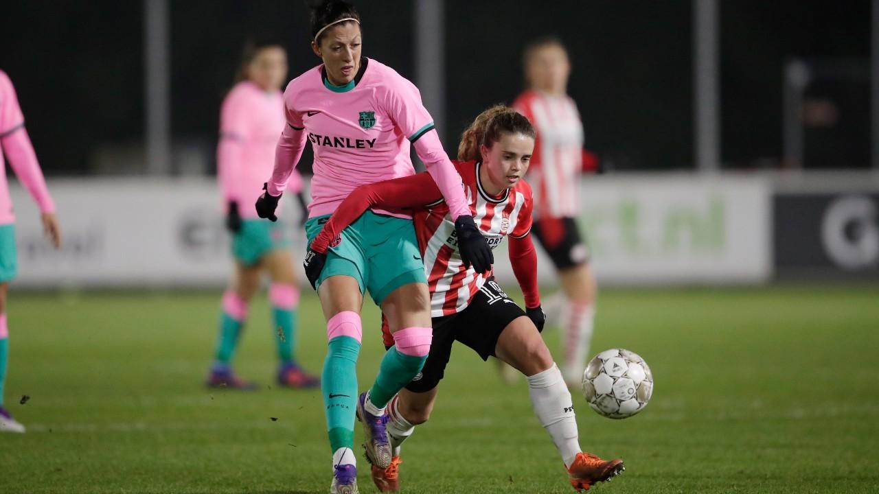 Jenni Hermoso puja por un balón con una jugadora del PSV.